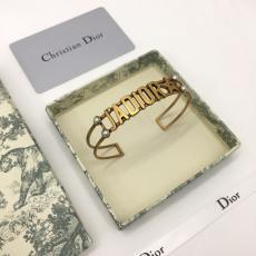真鍮 字母ロゴ   バングル ディオール レディース Dior 大判新作を先取り 日本未入荷